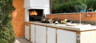 Stile provenzale per una cucina outdoor progettata su misura